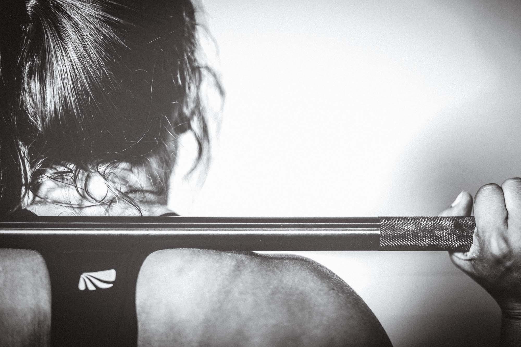 Jeder in seinem eigenen Fitness: Hantel-Training.